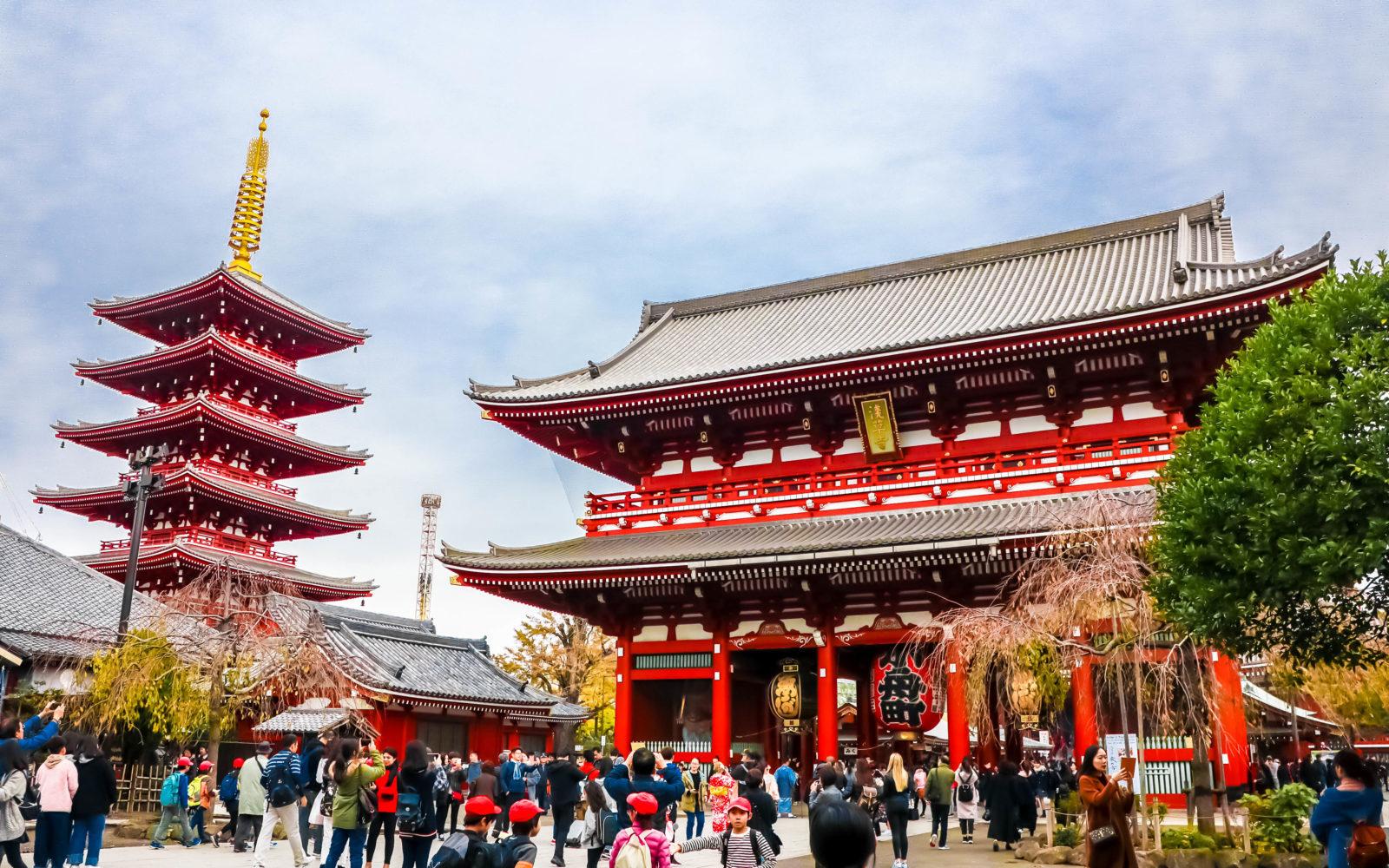 https://www.alexisjetsets.com/wp-content/uploads/2019/01/tokyo-sensoji-temple-alexisjetsets-e1547465076859.jpg
